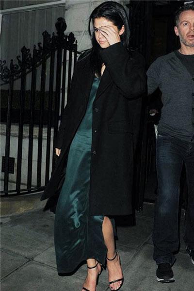 Selena Gomez mặc váy ngủ đi dự sự kiện - 6