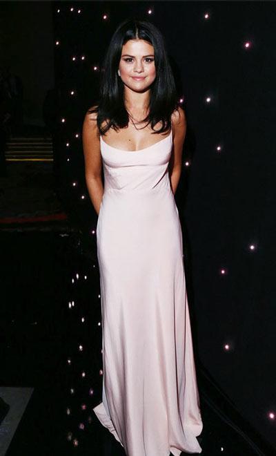 Selena Gomez mặc váy ngủ đi dự sự kiện - 5