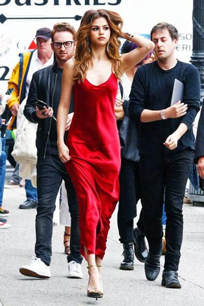 Selena Gomez mặc váy ngủ đi dự sự kiện - 8