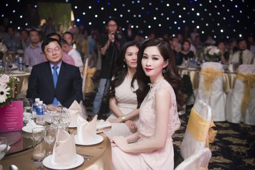Nhan sắc kiều diễm của thí sinh Hoa hậu VN ở dạ tiệc - 3