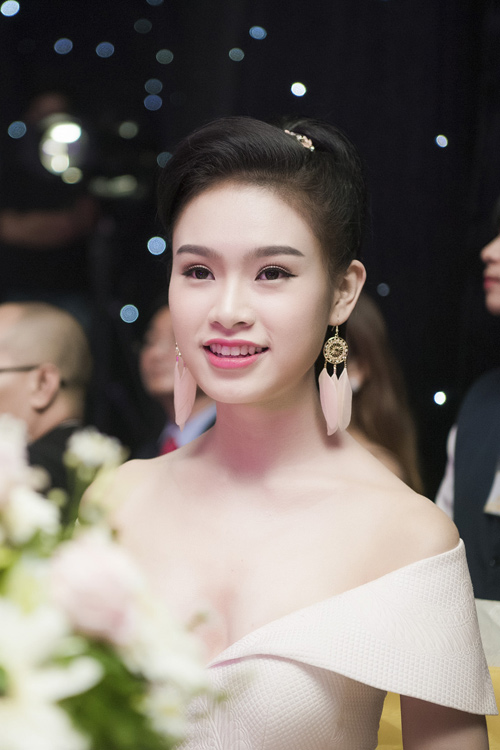 Nhan sắc kiều diễm của thí sinh Hoa hậu VN ở dạ tiệc - 11