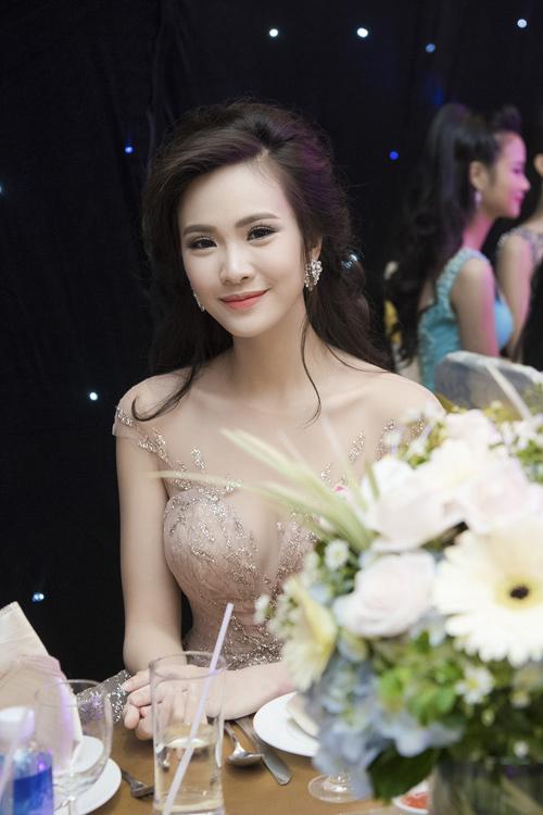 Nhan sắc kiều diễm của thí sinh Hoa hậu VN ở dạ tiệc - 12