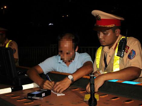 Phạt nồng độ cồn: Nhân viên quán bia mật báo cho khách - 1