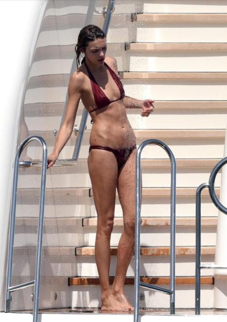 """Ngắm chân dài khéo """"thuần hóa"""" bikini hở táo bạo - 8"""