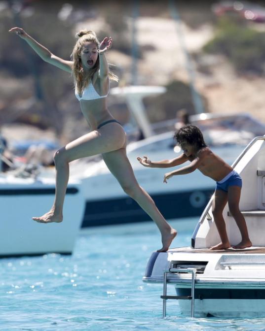 """Ngắm chân dài khéo """"thuần hóa"""" bikini hở táo bạo - 7"""