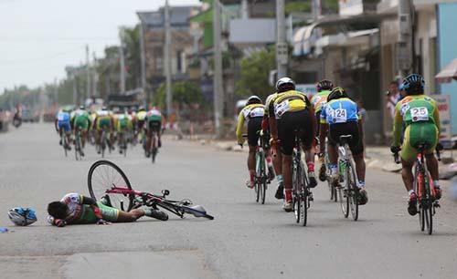 Giải xe đạp VTV 2016: Một tay đua bị đồng nghiệp cán rạn xương - 4