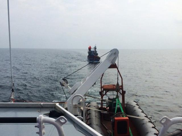 Vượt sóng dữ tiếp cận 10 ngư dân trên tàu cá gặp nạn - 1