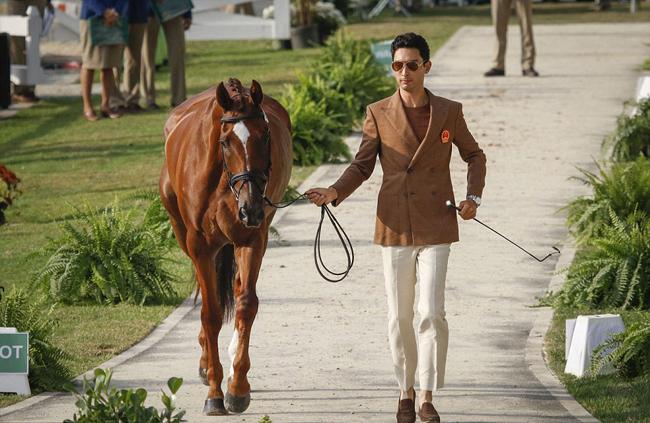 Alex Hua Tian, bắt đầu cưỡi ngựa khi lên 4 tuổi. Sau đó, gia đình anh chuyển đến Wiltshire (Anh) khi anh lên 11.