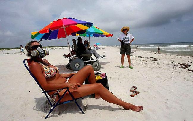 Bãi biển ô nhiễm lắm hay sao mà phải đeo mặt nạ.