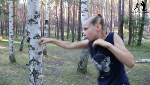 Kinh ngạc bé gái 9 tuổi tay không đấm nát cây - 2