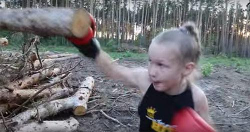 Kinh ngạc bé gái 9 tuổi tay không đấm nát cây - 1