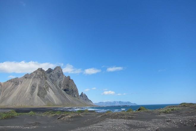 Lạ lẫm những bãi biển cát đen hấp dẫn nhất hành tinh - 2
