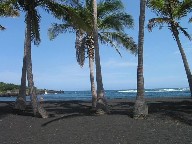Lạ lẫm những bãi biển cát đen hấp dẫn nhất hành tinh - 3