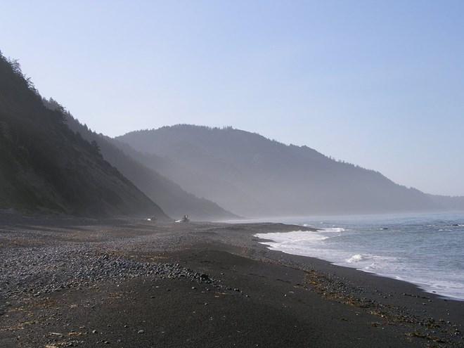 Lạ lẫm những bãi biển cát đen hấp dẫn nhất hành tinh - 4