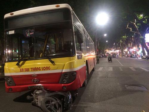 Xe bus mất lái cán chết người trên phố Hà Nội - 1