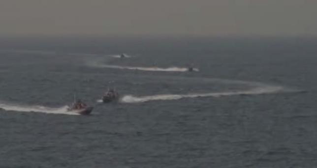 """Hải quân Mỹ bắn 3 phát đạn cảnh cáo tàu Iran """"quấy rối"""" - 3"""