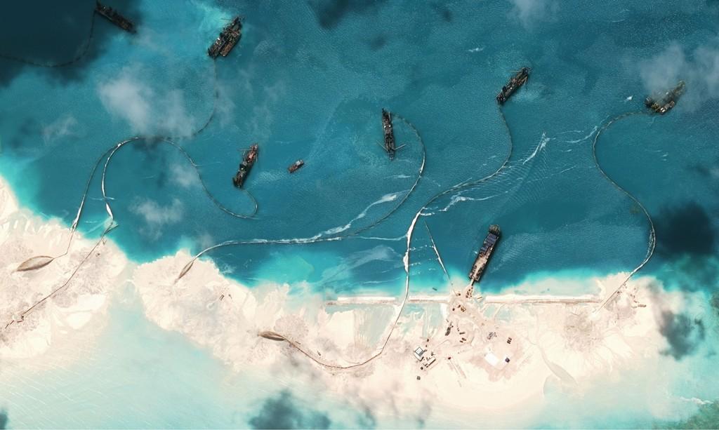 TQ lấy cát Philippines xây đảo trái phép ở Biển Đông - 1