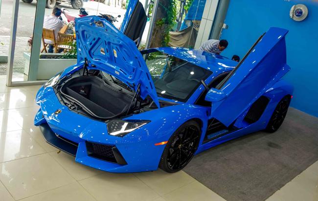 Hồi tháng Bảy, một trong 600 chiếc Lamborghini Aventador bản SuperVeloce LP750-4 cũng đã cập cảng Việt Nam. So với mẫu xe hiếm trên, bản Le Mans Blue này có phần đơn điệu hơn, nhưng không vì thế mà nó kém đi sự sang trọng.