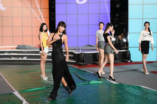 Hà Anh sexy hết cỡ khi hướng dẫn thí sinh Hoa hậu VN - 5