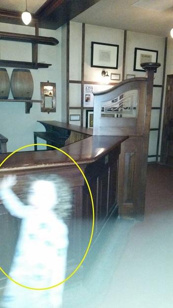 Bóng trắng hình bé gái vẫy tay bị nghi là ma ở Anh - 1