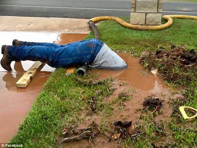 Ảnh công nhân cắm đầu trong bùn làm việc gây sốt ở Mỹ - 1