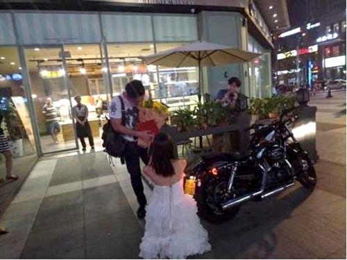 Cô gái TQ mua xế khủng, cầm sổ đỏ cầu hôn bạn trai - 1