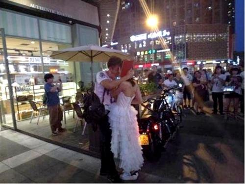Cô gái TQ mua xế khủng, cầm sổ đỏ cầu hôn bạn trai - 3