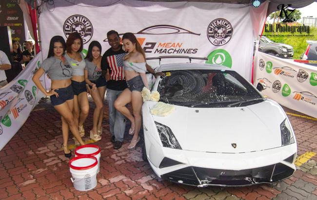 Dàn chân dài bên chiếc Lamborghini