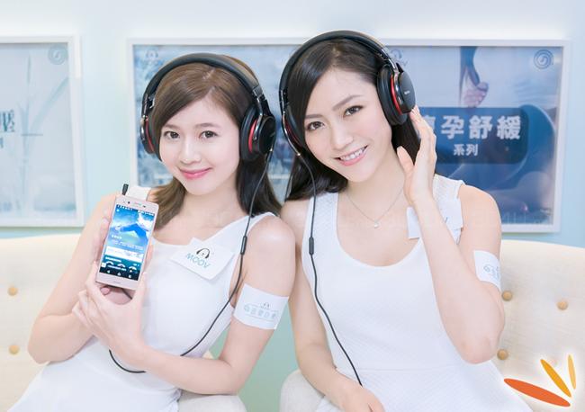 Cặp đôi xinh đẹp và gợi cảm bên smartphone, tai nghe