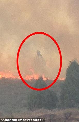 Bóng người kì lạ bay trên lửa khi hỏa hoạn ở Mỹ - 2
