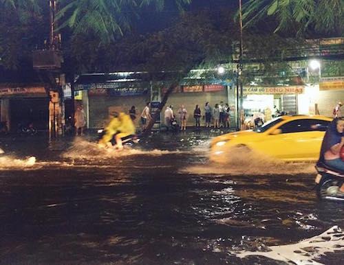 """Người Sài Gòn """"uống nước"""" trên đường sau mưa dữ dội - 2"""