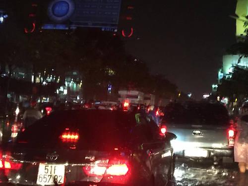 """Người Sài Gòn """"uống nước"""" trên đường sau mưa dữ dội - 7"""