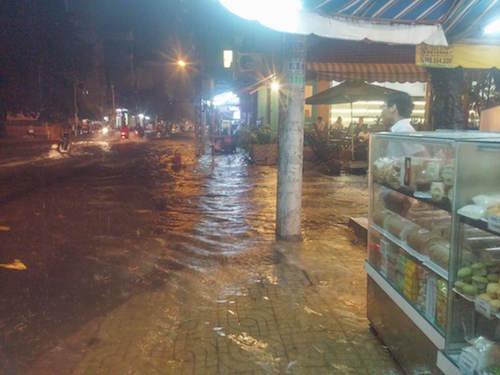 """Người Sài Gòn """"uống nước"""" trên đường sau mưa dữ dội - 9"""