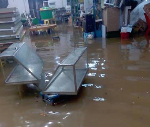 """Người Sài Gòn """"uống nước"""" trên đường sau mưa dữ dội - 6"""