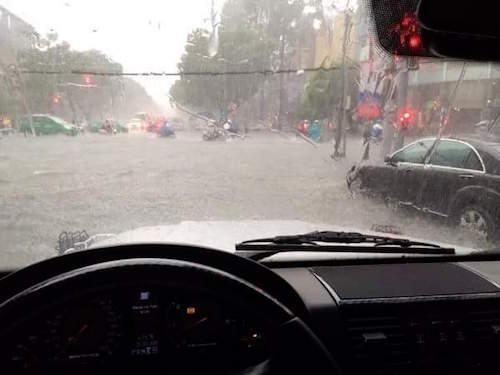 """Người Sài Gòn """"uống nước"""" trên đường sau mưa dữ dội - 4"""