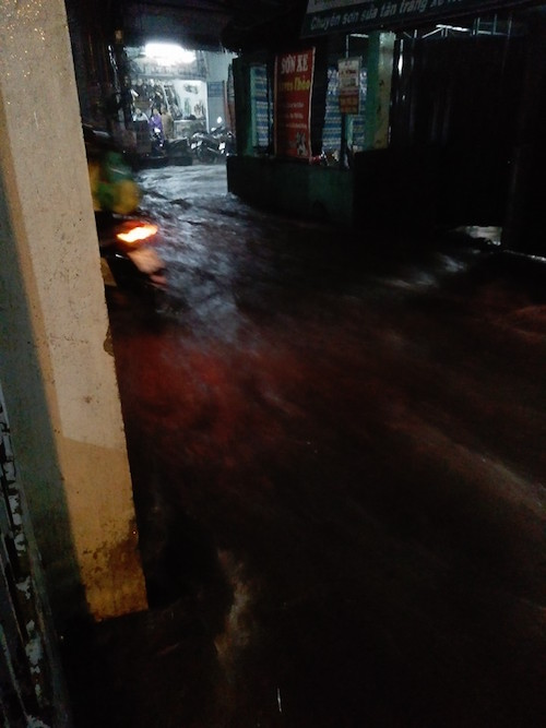 """Người Sài Gòn """"uống nước"""" trên đường sau mưa dữ dội - 8"""