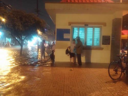 """Người Sài Gòn """"uống nước"""" trên đường sau mưa dữ dội - 12"""