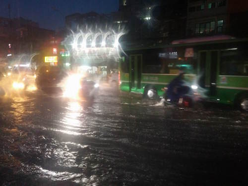 """Người Sài Gòn """"uống nước"""" trên đường sau mưa dữ dội - 10"""