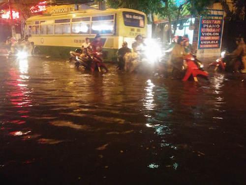 """Người Sài Gòn """"uống nước"""" trên đường sau mưa dữ dội - 11"""