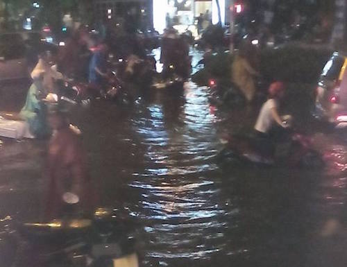"""Người Sài Gòn """"uống nước"""" trên đường sau mưa dữ dội - 15"""