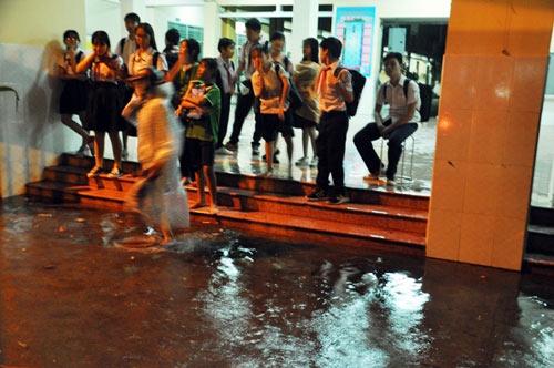 """Người Sài Gòn """"uống nước"""" trên đường sau mưa dữ dội - 13"""