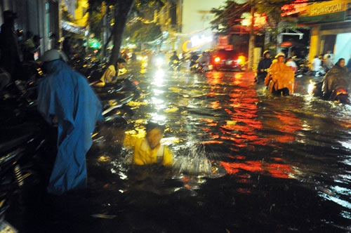 """Người Sài Gòn """"uống nước"""" trên đường sau mưa dữ dội - 1"""