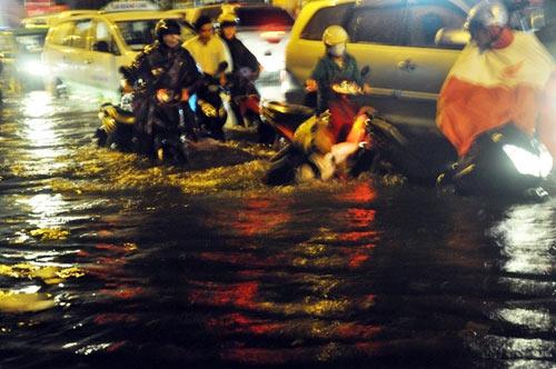 """Người Sài Gòn """"uống nước"""" trên đường sau mưa dữ dội - 3"""