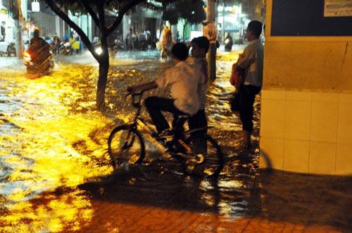 """Người Sài Gòn """"uống nước"""" trên đường sau mưa dữ dội - 14"""