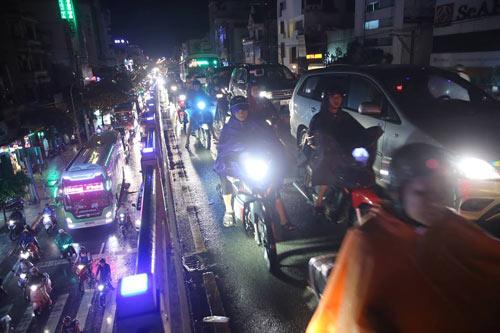 """Người Sài Gòn """"uống nước"""" trên đường sau mưa dữ dội - 16"""
