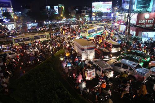 """Người Sài Gòn """"uống nước"""" trên đường sau mưa dữ dội - 18"""