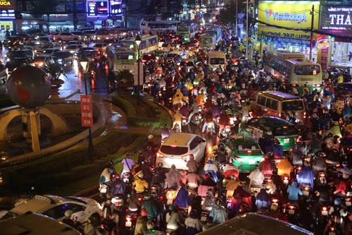 """Người Sài Gòn """"uống nước"""" trên đường sau mưa dữ dội - 17"""