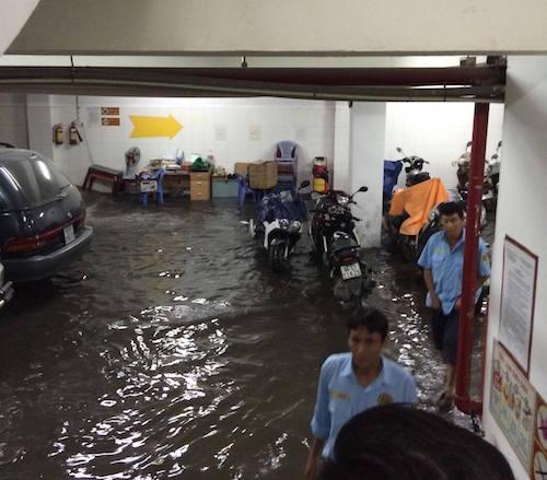 TPHCM: Sau mưa lớn, hầm 6 tòa nhà ngập, xe nổi bồng bềnh - 2