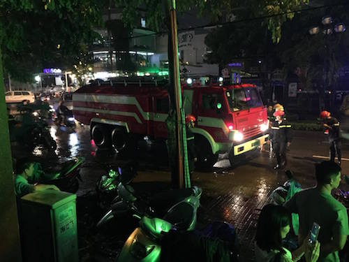 TPHCM: Sau mưa lớn, hầm 6 tòa nhà ngập, xe nổi bồng bềnh - 3