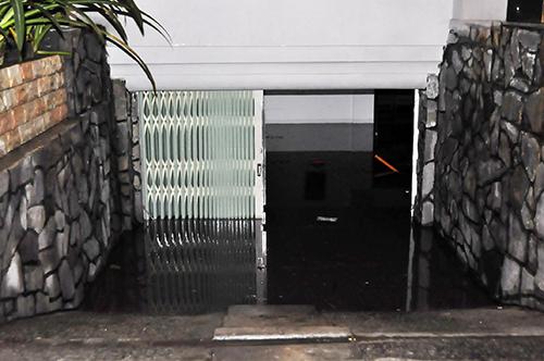 TPHCM: Trắng đêm hút nước cứu hầm cao ốc sau mưa lịch sử - 1